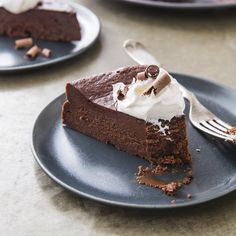 A flavorful, flourless chocolate cake without all the fuss Caramel Chocolate Bar, Chocolate Flavors, Chocolate Desserts, Melting Chocolate, Chocolate Syrup, Flourless Desserts, Flourless Cake, Flowerless Chocolate Cake, Chocolates