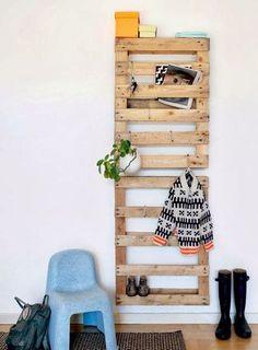 Palettes en bois pour les chaussures et autres choses dans l'entrée.