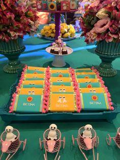 Barras de chocolate também podem ficar perfeitas com personalização em tecido bordado. Essa foi no tema Frozen Fever. Imagem da empresa La Ville Kids.