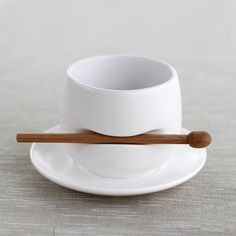 Tea cup w/ stirrer simple design for good use Assiette Design, Objet Deco Design, Cerámica Ideas, Design Industrial, Paperclay, But First Coffee, Ceramic Cups, Food Storage, Tea Time