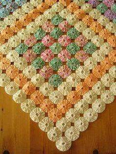 Slikovni rezultat za Grandmother's flower quilt with yo yo center Quilting Tutorials, Quilting Projects, Quilting Designs, Sewing Projects, Antique Quilts, Vintage Quilts, Yo Yo Quilt, Machine Quilting, Fabric Scraps