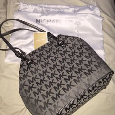 ‼️  FINAL PRICE DROP ‼️Michael Kors jet set tote Like new ! I love this bag but bought it and never used , no marks, no wear , in perfect condition. Hard to find Grey signature with silver hardware. Comes with dust bag. 4th pic is serial # Michael Kors Bags Totes