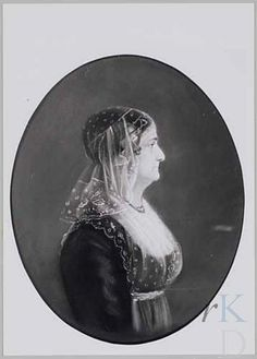 Portret van Catharina Vellinga (Harlingen 1767 - Harlingen 1854) 1800-1824 donkere empire japon met lichte fichu, licht kanten schort, lichte kanten streekmuts met oorijzerd; halssnoer. #Friesland