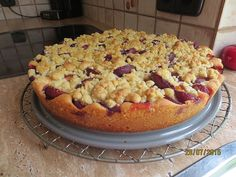 Plums crumble cake on the plate Kuchen Food N, Food And Drink, Plum Crumble, Pumpkin Seed Recipes, Cookie Do, Hawaiian Pizza, Cakes And More, Macaroni And Cheese, Cooking Recipes