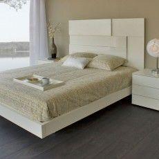 Dormitorio moderno que combina el blanco brillo y el blanco poro