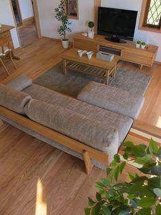 オーク無垢材の床にナラ無垢材の家具でコーディネートした実例です