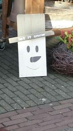 Sneeuwpop van houten palletdelen