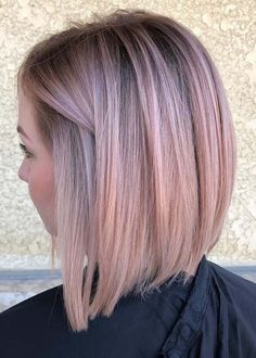 Rose gold hair color is here to stay and we are living for it! Read on for ideas on how to turn your rose gold hair color dreams into a reality. Gold Hair Colors, Hair Color Pink, Trendy Hair Colors, Haircuts For Straight Fine Hair, Fine Hair Haircuts, Straight Bob, Pastel Pink Hair, Short Pastel Hair, Light Pink Hair