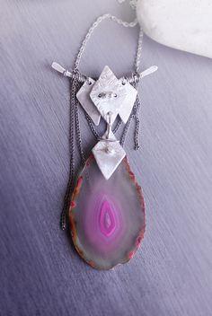Halsband med stor rosa agatskiva | Foxboheme - Bohemiskt halsband med detaljer i silver, mörka oxiderade kopparkedjor och en stor rosa agatskiva.