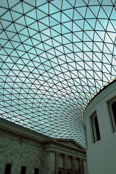 ARQUITECTURA -- Cubierta de acero y cristal del British Museum de Londres.