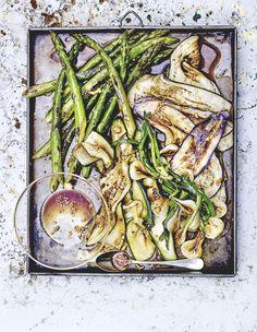 Recette Légumes grillés, marinade à l'ail et sauce soja : Préparez la sauce: pelez et dégermez la gousse d'ail, puis hachez-la finement.Mélangez la ...