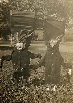 No Halloween, os americanos comemoram o dia das bruxas e essa tradição se reflete em um bando de gente (tanto adultos ou crianças) saindo vestidas com algumas fantasias horripilantes, assustadoras ou até mesmo criativas e bem humorada pelas ruas. Tá certo que algumas até chegam dar um pouquinho...