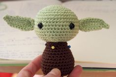 PATRÓN EN ESPAÑOL SCHEMA IN ITALIANO Hello there! Today I want to share with you a free amigurumi pattern of Yoda! I created this crochet chibi version a few years ago, as a commission from a hard-… Crochet Amigurumi Free Patterns, Crochet Dolls, Quick Crochet, Free Crochet, Star Wars Crochet, Amigurumi For Beginners, Yarn Tail, Stuffed Animal Patterns, Amigurumi Doll