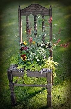 Garten Dekor Kunst Idee Stuhl Recup - Decorating I - Amenagement Jardin Recup Garden Yard Ideas, Garden Projects, Gnome Garden, Country Garden Ideas, Hobbit Garden, Tiny Garden Ideas, Garden Junk, Garden Doors, Beautiful Flowers Garden