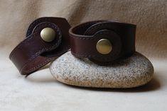 Nouveaux bracelets style steampunk ou médiéval sur la boutique ! #etsy : Bracelet en cuir à tannage végétal marron http://etsy.me/2G0S5MD #bijoux #bracelet #marron #oui #unisexeadulte #cuir #steampunk #medieval #tannagevegetal
