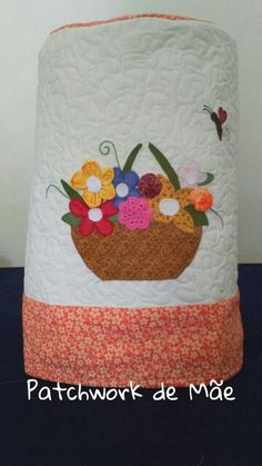 Capa de bombona de água. Flores. Vaso. Fuxico. Croche. Patchwork de Mãe.