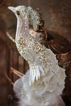 брошь-шляпка птица `Сокровище султана`. Что может быть прекраснее пестрого павлиньего оперения? Только бледная жемчужная белизна белого павлина. Это необыкновенный простор для творчества!  Павлин сшит из хлопка и украшен четырьмя видами хлопкового…