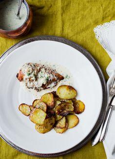 Pollo con salsa de almendra y ajo, patatas asadas y naranjas con crema de chocolate blanco {Por el buen camino} | Delicious Stories