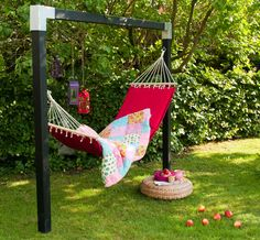 With Cubic Hammock from Plus, the family gets a harmonious breathing hole as set . Backyard Hammock, Diy Hammock, Backyard Playground, Hammock Stand, Backyard Patio, Backyard Landscaping, Hammock Posts, Garden Yard Ideas, Garden Projects