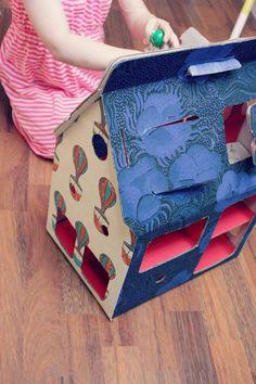 cardboard doll house Cardboard Dollhouse, Diy Dollhouse, Cardboard Boxes, Doll Display, Diy Arts And Crafts, Doll Crafts, Just For Fun, Diy For Kids, Paper Dolls