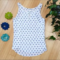 Old Navy tank top, sz M medium. Cute and simple tank top by Old Navy. Perfect for summer!  Excellent condition. Old Navy Tops Tank Tops