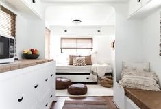 Travel Trailer Remodel Ideas - whites and browns create a relaxing and cozy caravan interior, while still looking spacious and breezy. Best Caravan, Diy Caravan, Caravan Vintage, Caravan Decor, Vintage Caravans, Caravan Ideas, Vintage Campers, Caravan Curtains, Vintage Caravan Interiors