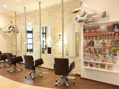 """Udo Luy ist der bekannteste Friseur Kölns. Mit seinem """"Notfallköfferchen"""" besucht er auch Kunden in den Hotels der Stadt."""