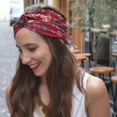 Coudre un twisted turban Headband Tutorial, Twist Headband, Diy Headband, Hair Scarf Styles, Short Hair Styles, Sewing Headbands, Creation Couture, Couture Sewing, Scarf Hairstyles