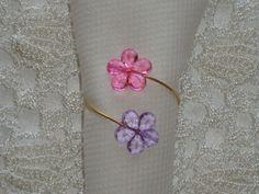 Porta guardanapo confeccionado com peças acrílicas rosa e lilás e aro de alumínio 1,2mm dourado ou prateado(quando fizer seu pedido, escreva sua opção <br>Pode ser feito em outras cores <br>A florzinha tem tem 1,9cm. <br>Venda mínima: 20 peças