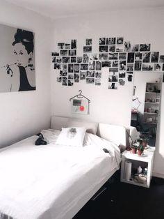 WG-Zimmer im schwarz-weiß Look mit Fotowand und Kunstdruck von Audrey Hepburn…