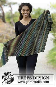 Herbs & Spices / DROPS - Free knitting patterns by DROPS Design Shawl, diagonally knitted with ridges and stripes. The piece is worked in DROPS Delight. Free patterns by DROPS Design. Poncho Au Crochet, Poncho Knitting Patterns, Shawl Patterns, Knitted Shawls, Free Knitting, Crochet Lace, Crochet Patterns, Drops Design, Magazine Drops