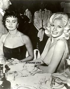 A photo taken 60 years ago of Hollywood's two most alluring sex symbols is still getting a lot of attention. The most famous side-eye or even stink eye photo in history belongs to Sophia Loren's reaction to Jayne Mansfield and her famous large assets! Old Hollywood, Hollywood Glamour, Classic Hollywood, Jayne Mansfield, Sophia Loren, Sophia Sophia, Famous Photos, Iconic Photos, Carlo Ponti
