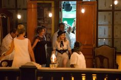 """Madonna celebrando su cumpleaños en La Guarida.  La Guarida se hizo famosa, además de por su excelente cocina, por ser uno de los escenarios principales de la pelicula de Tomás Gutiérrez Alea """"Fresa y Chocolate"""".  Los propietarios, Enrique y Odeisys han logrado crear un entorno muy especial. También contribuye el ambiente acogedor con luces tenues, la manteleria fina, los cubiertos de plata y la buena música cubana sonando de fondo."""