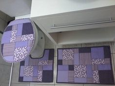 Jogo de Banheiro Lilas/Roxo Bathroom Crafts, Bathroom Sets, Bathroom Storage, Burlap Curtains, Seat Covers, Toilet, Projects To Try, Patches, Diy Crafts