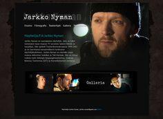 Jarkko Nyman on suomalainen näyttelijä, joka on tullut tunnetuksi muun muassa TV-sarjoista Salatut Elämät ja Suojelijat. Jarkon kotisivuilta löytyy tietoa ja kuvia hänen työstään näyttelijänä. Tv, Television Set, Television