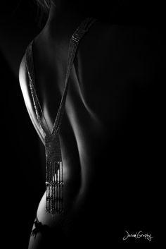 dos jeu de noir et blanc agrémenté d'un collier