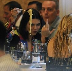 Kendall Jenner flipping the paparazzi off while eating a plate of spaghetti 😂 Boujee Aesthetic, Bad Girl Aesthetic, Aesthetic Photo, Aesthetic Pictures, How To Be Aesthetic, Robert Kardashian, Kardashian Kollection, Kardashian Jenner, Mode Kylie Jenner