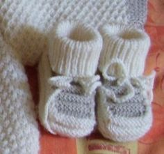 XI - Knitted boots with 5 needles - Mam 'Yveline knitting workshop. Easy Baby Knitting Patterns, Baby Booties Knitting Pattern, Baby Gifts To Make, Cute Baby Gifts, Knitting Dolls Clothes, Bebe Baby, Crochet Shoes, Baby Boots, Knit Mittens