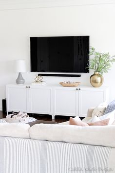 traditional home decor Create a modern media console using the IKEA BESTA system! This project is budget-friendly, and you will love the added storage in this wide media console. Living Room Tv, Home And Living, Ikea Living Room Storage, Console Ikea, Besta Hack, Tv Ikea, Diy Décoration, Affordable Home Decor, Living Room Inspiration