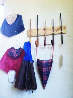 Reciclar paraguas rotos usándolos como percheros Home Projects, Recycling, Diy, Ideas, Home, Coat Hooks, Umbrellas, Bud Vases, Projects