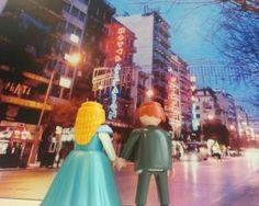 Μικροσκοπικά αστικά τοπία με πρωταγωνιστές τα Playmobil