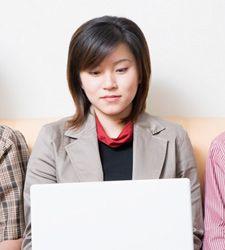Las mujeres más adictas a las redes sociales que los hombres, según un estudio.