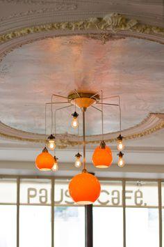 Pause café (via leblogdelamechante.fr) - Fluro light with white ceiling w/ molding.