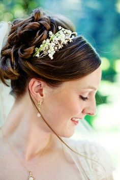 lovely floral hair piece, this look doesn't have to be just for weddings!