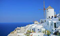#Grece #Santorin, #Cyclades. Cette île quasi-désertique, partiellement détruite suite à une éruption vers 1600 avant J.C est principalement constituée de falaises abruptes, de maisons blanches aux coupoles bleues perchés au sommet de ces dernières et de plages de galets noirs. vp.etr.im/f79a