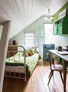 Fanni-tytär ei asu enää kotona, mutta hänellä on oma huone, jossa hän viihtyy lomillaan. Sänky on alun perin sairaalasta ja työtuolina on Tapiovaaran Pirkka-tuoli. Näyttävä nukkekoti on Piironki-sisustusliikkeestä. Pirteän vihreä Tapettitalon Hahtuva-tapetti sopii alkuperäisen värisenä pidettyyn kirjoituspöytään. Koti, Cottage Homes, Swings, Kids Rooms, Cottages, Toddler Bed, Bedrooms, December, Houses