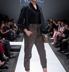Pantalonplissé à la taille.  95% Coton 5% Spandex  Créé et fabriqué à Montréal.  Découvrezd'autres produits de Naïké