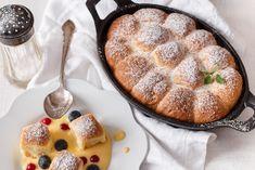 Buchtičky se šodó jsou luxusní lahůdka, která stojí čas od času za hřích. Díky pekáčku můžete servírovat přímo na stole. Našlehaná omáčka voní vanilkou a na jazyku jemně ucítíte základ z vína.