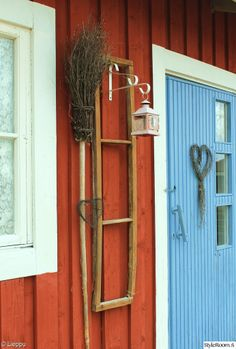 mökki,luuta,risu,risusydän,punainen,valkoinen,sininen ovi,sininen,Tee itse / DIY,punainen mökki