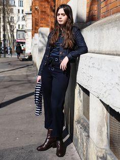 ノンウォッシュのクリーンなデニムジャケットでアーバンマリンに。クロップ丈パンツはアンクルブーツと合わせるニュアンスがパリのファッショニスタの間で人気!